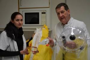 Zusammen mit seiner Kollegin Lena Reinhardt führt August Stich einen Ebola-Schutzanzug vor. Foto: Elke Blüml/MI
