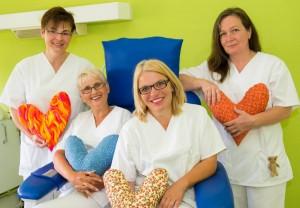 Ein Teil des Teams der Chemotherapie-Ambulanz der Würzburger Universitätsfrauenklinik zusammen mit Patientinnen. Foto: Universitätsklinikum Würzburg