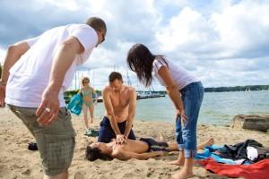 Ist der Betroffene bewusstlos und atmet nicht mehr, wird die Herz-Lungen-Wiederbelebung durchgeführt. Foto: Jan Dommel / Johanniter