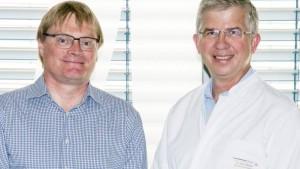 Prof. Ulrich Vogel (links) und Prof. Andrew Ullmann sind zwei der Experten, die sich in der neuen AMS-Arbeitsgruppe des Universitätsklinikums Würzburg für einen klinikumsweit optimierten Einsatz von Antiinfektiva einsetzen. Foto: Universitätsklinikum Würzburg