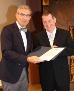 Im Rahmen der Examensfeier der Medizinischen Fakultät am 04.07.2015 wird Herrn Prof. Dr. August Stich (rechts) der Albert-Kölliker-Lehrpreis von Herrn Prof. Dr. Frosch (links), Dekan der Medizinischen Fakultät, verliehen. Foto: Medizinische Fakultät