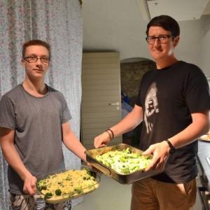 Nach einer Stunde ist der Brokkoli-Zucchini-Auflauf fertig und kann in den Ofen geschoben werden. Foto: Pat Christ