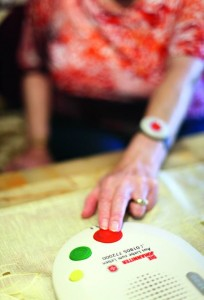 Im Notfall wird die Hilfe mit einem Knopfdruck alarmiert. Foto: Johanniter Unfallhilfe