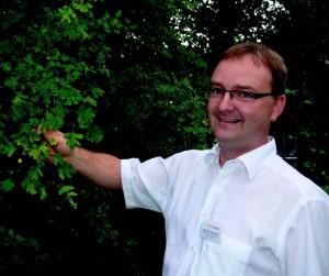 Apotheker Michael Dickmeis unterm Weißdorn (Crataegus oxyacantha): Er kommt als Tee oder Extrakt zur Herz-Kreislauf- Stärkung zum Einsatz. Foto: Nicole Oppelt