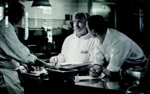 Die Küche als kreative Keimzelle: Bernhard Reiser bespricht den aktuellen Küchenplan für das Restaurant Reisers am Stein mit seinem Team. Auf der Herbstkarte steht der Apfel in allen Variationen. Foto: Daniel Biscan