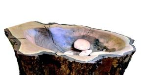 Im Raum der Stille steht dieser Stumpf eines gestorbenen Kirschbaumes von den Ritaschwestern mit hölzernen Handschmeichlern, die jeder Gast, der das möchte, erhält. Foto: Pat Christ