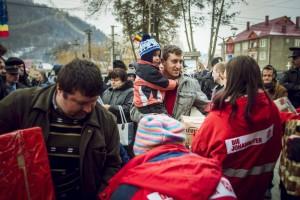 Seit 21 Jahren bringen die ehrenamtlichen Helfer des Johanniter-Weihnachtstruckers lebenswichtige Grundnahrungsmittel und Hygieneartikel zu armen Familien, Senioren und Waisenkindern, um die kalten Wintermonate in Albanien, Bosnien und Rumänien zu überstehen. Foto: Tobias Grosser / Johanniter