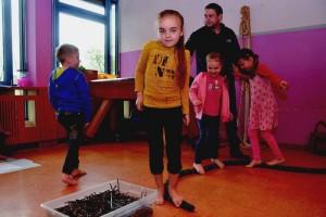 Ein Fuß, der ständig eingepackt ist, degeneriert: Die St.-Albert- Kinder durften ganz bewusst mit den Füßen erkunden. Foto: Nicole Oppelt