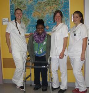 Albina mit Gesundheitspflegerinnen. Foto: Orthopädische Klinik König-Ludwig-Haus