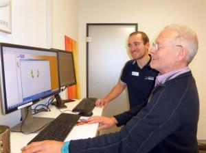Patrick Matthäus und Gerhard Fischer vom Sanitätshaus Haas werten die Ergebnisse des Körperscans aus. Foto: Rodegra