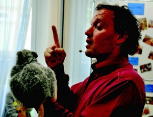 Mit seiner Therapieratte Fritz konnte Marcel Briand schon manchen erstarrten alten Menschen emotional ins Fließen bringen. Foto: Pat Christ