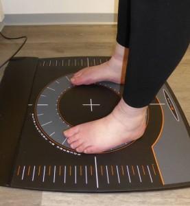 """Wie wird die Last von links zu rechts und vorne zu hinten verteilt? """"Lebenslinie""""-Redakteurin Nicole Oppelt bei der Fußdruck-Messung. Foto: Rodegra"""