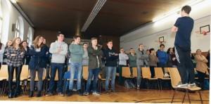 """Was haben Röntgenstrahlen und Breakdance gemeinsam? Das haben Jugendliche des Würzburger Röntgen Gymnasiums bei der Aktion """"Movement Physix"""" als Erste erfahren. Foto: Andreas Grasser"""