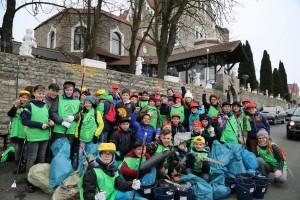 Schüler des Vinzentinums in Grombühl sammeln Müll am Würzburger Stein. Foto: Thomas Düchtel