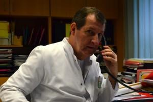 Immer wieder greift Professor Dr. August Stich von der Missionsärztlichen Klinik zum Telefon, um die Kostenübernahme nach der Behandlung eines Flüchtlings zu klären. Foto: Pat Christ