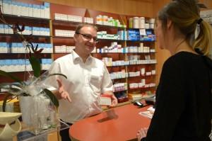 Michael Dickmeis berät eine Patientin, was sie bei der Einnahme eines bestimmten Medikaments alles beachten muss. Foto: Pat Christ