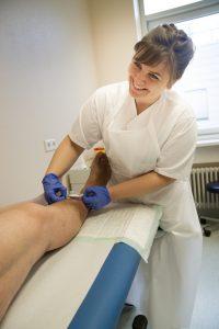 Tina Väth, die Wundmanagerin des Uniklinikums Würzburg, sowie Hygienefachkräfte der Stabstelle Krankenhaushygiene stehen am 10. Mai 2016 für alle Fragen rund um das Vermeiden und die richtige Behandlung von chronischen Wunden zur Verfügung. Foto: Uniklinikum Würzburg