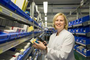 Die eigene Medikamentenherstellung organisieren, mit Pharmafirmen verhandeln sowie das ärztliche Personal und die Pflegekräfte des Klinikums beraten – das Aufgabenspektrum der Apothekenleiterin Dr. Mareike Kunkel ist weitgespannt. Foto: Universitätsklinikum Würzburg