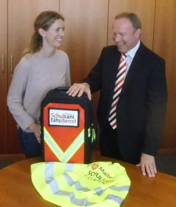 Judith Jörg und Dr. Martin Sachse-Weinert mit dem neuen Erste Hilfe-Rucksack. Foto: Matthias-Grünewald-Gymnasium