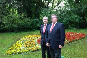 Den HFA Day lebendig halten: Georg Ertl und Adolf Bauer gemeinsam am Blumenherz im Ringpark, das für ein starkes Herz blüht. Foto: DZHI