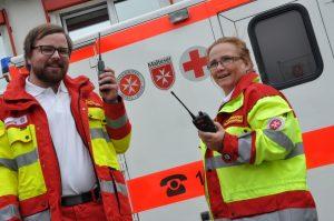 Rettungssanitäter Dominik Heger und Rettungssanitäterin Heike Marquardt testen die neuen digitalen Funkgeräte. Foto: Florian Fastner / Berufsfeuerwehr Würzburg