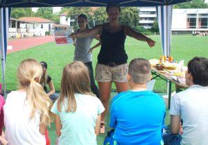 Zwei Mitarbeiterinnen des Gesundheitsamtes informieren die Kinder auf dem Sanderrasen interaktiv zum Thema Sonnenschutz. Foto: Stephanie Scheckenbach