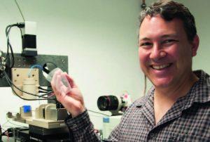 Professor Paul Dalton erzeugt winzige Strukturen, die menschlichem Gewebe nachempfunden sind. Er ist der einzige Professor für Biofabrikation in Deutschland. Foto: Michaela Schneider