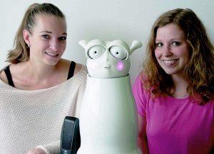 Professor Birgit Lugrin (links) und Studentin Andrea Bartl (rechts) zeigen Pflegeroboter Anna. Foto: Michaela Schneider