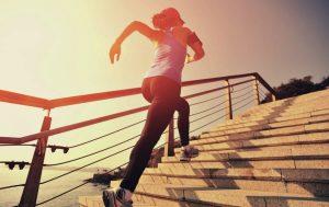 Trainingsübungen, die den Rumpf stabilisieren und mobilisieren, können Seitenstechen im Wettkampf vorbeugen. Foto: ©depositphotos.com/@lzf