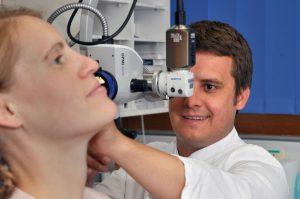 Das Comprehensive Hearing Center Würzburg behandelt jegliche Hörstörungen aller Altersgruppen auf dem aktuellen medizinischen und technischen Wissensstand. Der Hörtag 2016 ist eine Gelegenheit, sich über die Therapiemöglichkeiten zu informieren und mit den Experten in Kontakt zu kommen. Foto: H. Korder / Universitäts-HNO-Klinik Würzburg