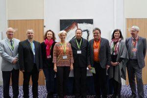Die drei Fachgesellschaften für Neuropsychologie aus Deutschland, Österreich und der Schweiz hatten vom 20. bis 22. Oktober 2016 zur großen Tagung in Würzburg geladen. V.l.n.r.: Prof. Dr. Wilhelm Strubreither (Pastpräsident der GNPÖ), Dr. Thomas Gutke (1. Vorsitzender der GNP), Mag. Dr. Gisela Pusswald (Vizepräsidentin der GNPÖ), Prof. Dr. Anke Menzel-Begemann (Deutsche Key-Note-Speakerin), Joachim Kohler (Vorstand der SVNP-ASNP), Gerhard Müller (Akademie bei König & Müller Würzburg, Tagungspräsident), Franka Weber (GNP), Herbert König (Akademie bei König & Müller Würzburg, Tagungspräsident). Foto: © Akademie bei König & Müller