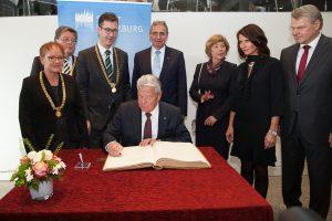 Bundespräsident Joachim Gauck trägt sich in das Goldene Buch der Stadt Würzburg ein. Foto: Christian Weiß