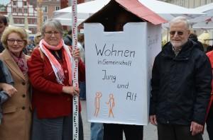"""Lydia Wördehoff, Angelika Schmitt und Hermann Wördehoff (von links) engagieren sich im Verein """"Wohnen in Gemeinschaft – Jung und Alt"""". Foto: Pat Christ"""